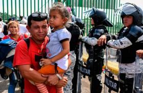 المكسيك تدعو المهاجرين على الحدود إلى التزام النظام والقانون