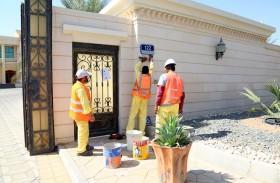 بلدية مدينة العين تنفذ أكثر من 9000 لوحة خلال مشروع العنونة