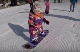 طفلة تتزلج في عيد ميلادها الأول