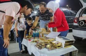 إقبال كبير على سوق البيع من صندوق السيارة في مرسى عجمان