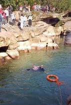 ستيفن إليسون ، القنصل العام البريطاني في تشونغتشينغ قفز بملابسه لينقذ طالبة من الغرق حيث سقطت في نهر وسط مناظر خلابة في تشونغتشينغ، الصين.   رويترز