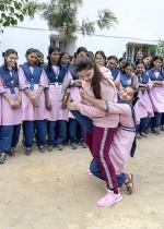 بطلة الكاراتيه الهندية الدولية المسلمة سيدا فلاك تدرب طالبات مدرسة تيلانجانا للأقليات في حيدر أباد تقنيات الدفاع عن النفس.  أ ف ب