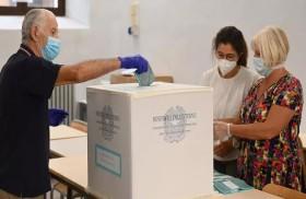 الإيطاليون يصوّتون في انتخابات محلية واستفتاء وطني