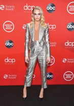 عارضة الأزياء البريطانية كارا ديليفنجن خلال حضورها حفل توزيع جوائز الموسيقى الأمريكية لعام 2020 في لوس أنجلوس. (ا ف ب)