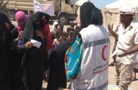 بدعم من القوات المسلحة الإماراتية ..الهلال يوزع ألفي سلة غذائية على سكان مديرية المخا اليمنية