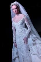 عارضة تقدم زياً من إبداع المصمم اللبناني فادي نحلة خلال أسبوع الكويت الدولي للأزياء. (ا ف ب)