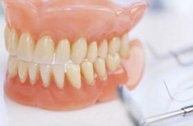 علماء يحذرون من أطقم الأسنان