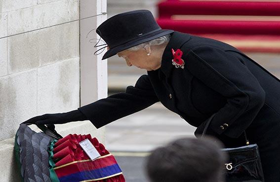 الملكة اليزابيث تقود مراسم إحياء ذكرى ضحايا الحرب العالمية الاولى
