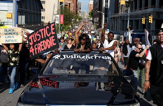 آلاف المتظاهرين يتحدون الحظر في بالتيمور الأمريكية