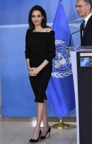 الممثلة الأميركية والمبعوثة الخاصة للأمم المتحدة لشؤون اللاجئين انجلينا جولي لدى مغادرتها عقب مؤتمر صحافي اثر اجتماع مع الأمين العام لحلف شمال الأطلسي في بروكسل.  (ا ف ب)