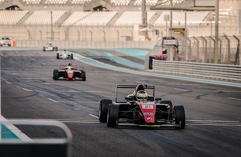 فريق موتوبارك يفوز بالجولة الثانية من بطولة الفورمولا 4 في الإمارات واحتدام المنافسة من الفرق المحلية