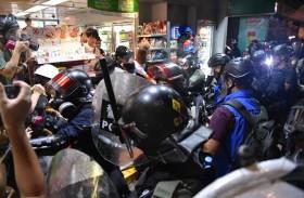 شرطة هونج كونج تفرق المحتجين بالغاز المدمع