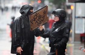 الدرع الحارس.. شرطية أميركية تثير الإعجاب وسط الاحتجاجات