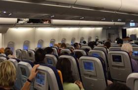 ركاب طائرة يتبرعون لتلاميذ فقراء