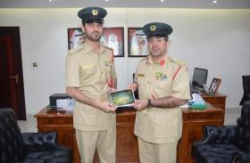 أكاديمية شرطة دبي تكرّم موظفيها المتميزين عبر مبادرة حقيبة السعادة