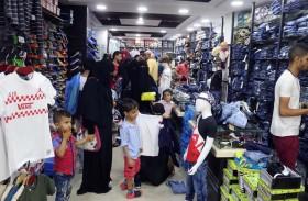 «الهلال» يوزع كسوة العيد على أسر الشهداء بمحافظة الضالع اليمنية