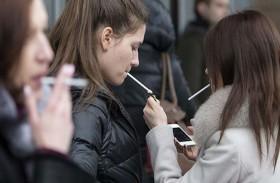 العلماء يوضحون خطورة تناول الكحول والتدخين على المراهقين