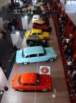 زوار هنود يحضرون عرضا للسيارات القديمة خلال معرض السيارات الهندي 2018 في نويدا الكبرى. (ا ف ب)