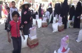 «الهلال الأحمر» يواصل توزيع المساعدات الغذائية على أهالي قرى مديرية الصلو في تعز