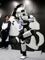 الجيل الثالث من الروبوت T-HR3 التي وضعتها شركة تويوتا والتي يمكنها القيام بحركات عديدة مع المحافظة على توازنها خلال أدائها في معرض الروبوت الدولي 2017 في طوكيو. (ا ف ب)
