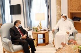 الرئيس الباكستاني يمنح منصور بن زايد وسام هلال باكستان