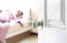 فتح النوافذ والأبواب يُساعد على النوم