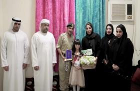 شرطة دبي تهنئ بطلة الإمارات في تحدي القراءة وتمنحها بطاقة إسعاد