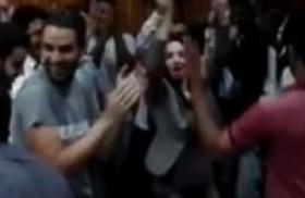 تدخل في نوبة رقص بين طلابها