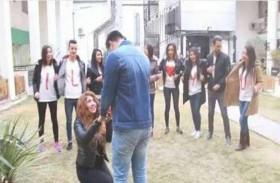 فتاة عربية تطلب يد صديقها على الملأ