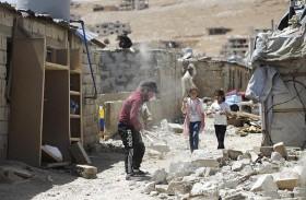 لاجئون سوريون يهدمون غرفاً بمخيمات عشوائية في لبنان