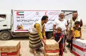 «الهلال « يوزع السلال الغذائية في مناطق الشريط الصحراوي بمديرية ميفعة اليمنية