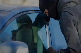 يسرق سيارة مصفحة ويقتحم متجرا