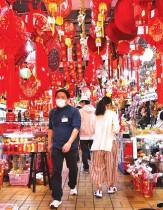 متسوقون يرتدون أقنعة وقائية لمنع انتشار فيروس كورونا خلال عروض الزينة قبل حلول العام الصيني الجديد في تايبيه، تايوان.   (رويترز)