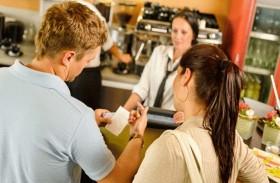 حيل المطاعم لدفعك إلى إنفاق المزيد