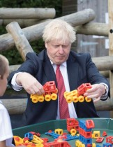 رئيس الوزراء البريطاني بوريس جونسون يداعب الأطفال خلال زيارته مدرسة ديسكفري في كينجز هيل، جنوب شرق إنجلترا. (ا ف ب)