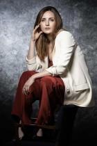 الممثلة الفرنسية أليسون ويلر في جلسة تصوير خلال الدورة الثانية من مهرجان كان الدولي للمسلسلات كان  -أ ف ب