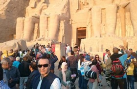 وفد إنتاج تليفزيونى أمريكي يصور فيلما وثائقيا عن الإمبراطوريات الفرعونية القديمة بأسوان