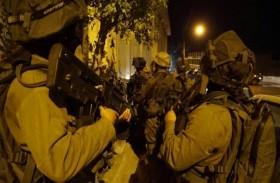 الاحتلال يعتقل 21 فلسطينيا في الضفة ويستهدف الصيادين بغزة