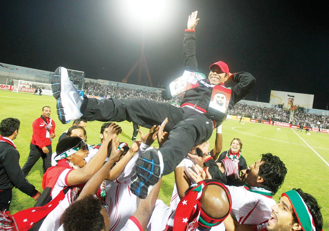 فرحة اللاعبين مع المدرب مهدي علي