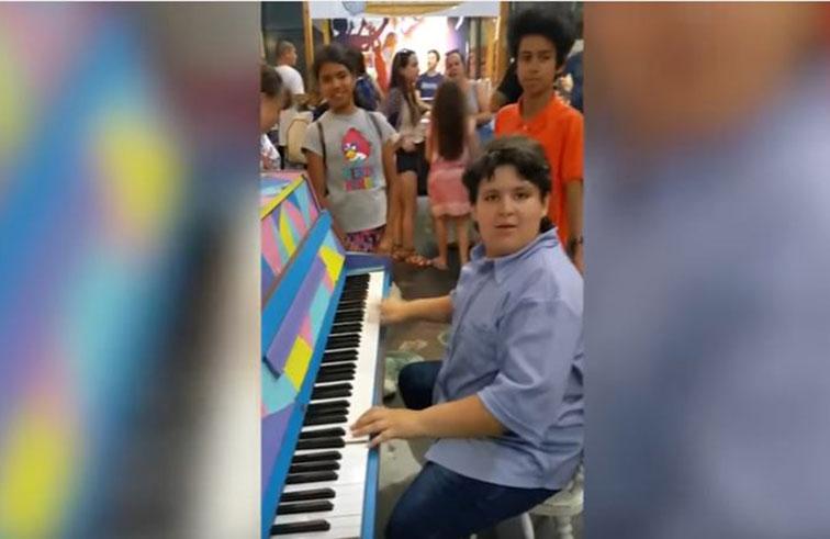 طفل يدهش المارة بعزفه على البيانو