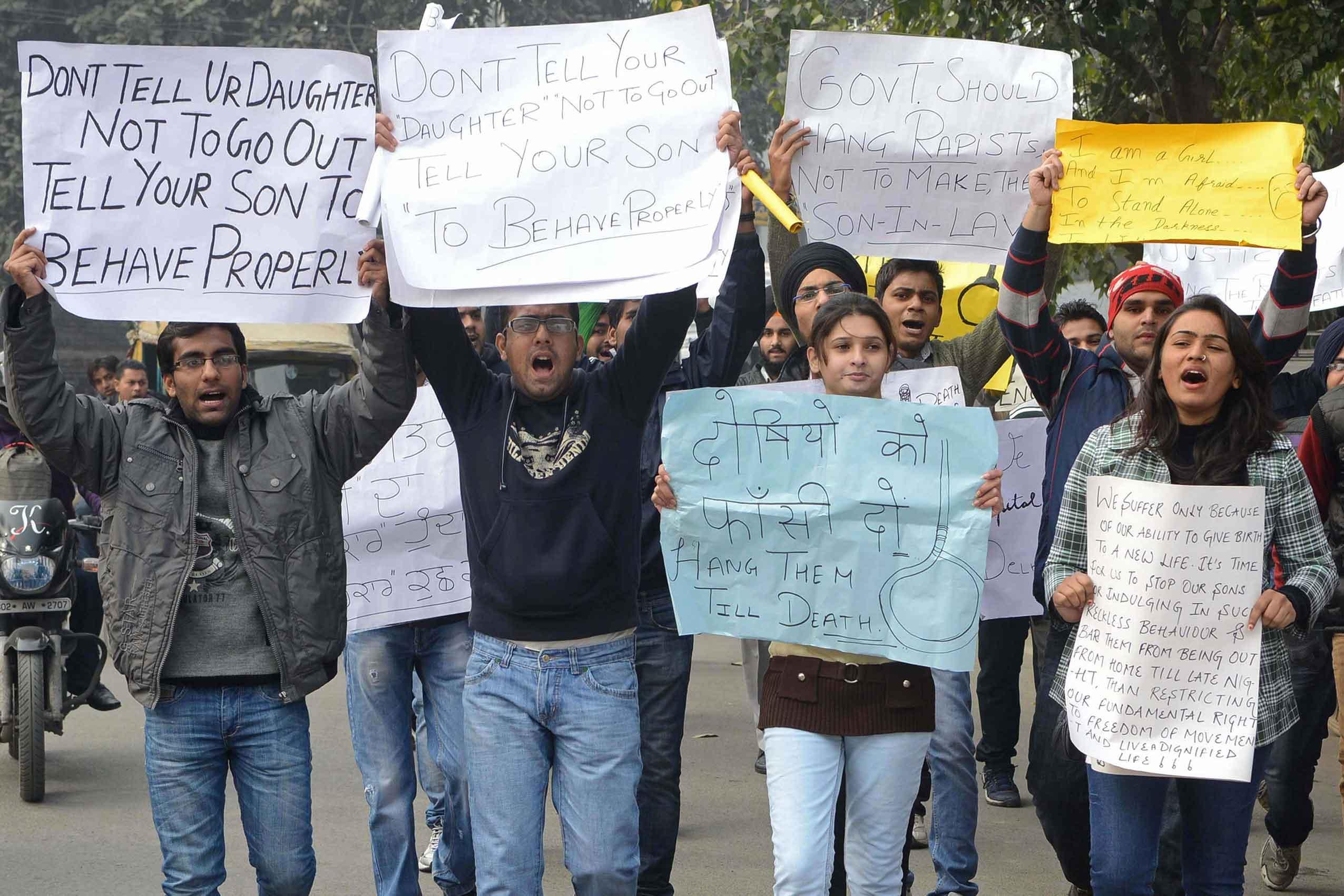 سينغ يدعو للهدوء وتظاهرات في نيودلهي