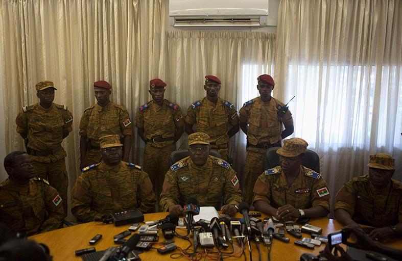 قائد جيش بوركينا يعلن توليه مهام رئيس الدولة