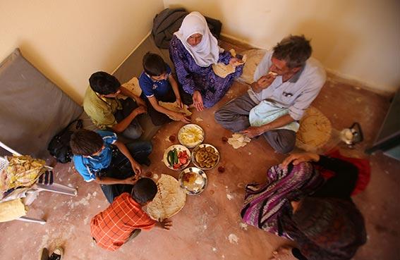 أطفال داريا يكتشفون المثلجات والبسكويت والخبز للمرة الأولى