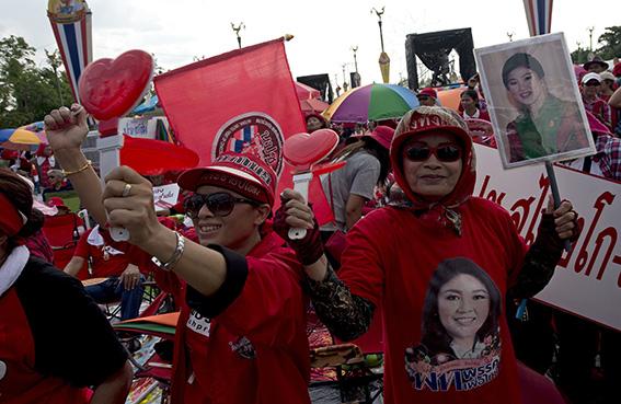 القمصان الحمر يدافعون عن الحكومة التايلاندية