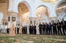 محمد بن زايد وملك ماليزيا يؤديان صلاة الجمعة في جامع الشيخ زايد الكبير