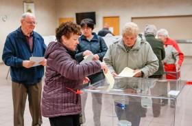 انتخابات تشريعية في بولندا يرجح فوز الشعبويين