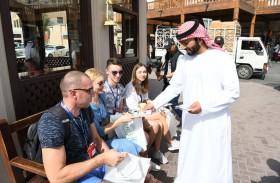 شرطة دبي تنظم فعاليات توعوية للسائحين في منطقة الفهيدي التاريخية