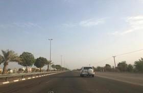 شرطة أبوظبي  تحث السائقين على استخدام المسار الأيمن عند القيادة بسرعات بطيئة