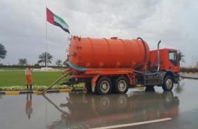 بلدية الحمرية تسحب مياه الأمطار من الشوارع والدوارات وترفع تأهبها تحسبا لمزيد من الأمطار المتوقعة خلال اليوم وغد