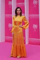 الممثلة الفرنسية البريطانية إيما ماكي خلال وصولها للمشاركة كعضوة في لجنة التحكيم للنسخة الثانية لمهرجانِ (Canneseries) في كان، جنوب فرنسا (أ ف ب)
